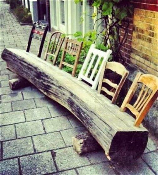 bankje van oude stoelen en boomstam