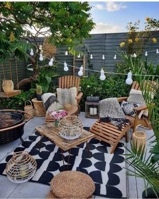 gezellige tuin met verlichting